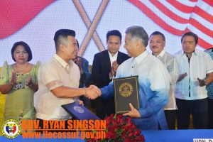 Gov. Ryan Singson of the League of Provinces of the Philippines and Gov.David Ige shake hands after signing the historic Memorandum of Understanding for future cooperation between Hawai'i and all Philippine provinces.