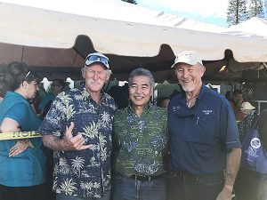 Gov. Ige on Lāna'i with Turkey and Rice Giveaway organizers Randy and Jim Coon