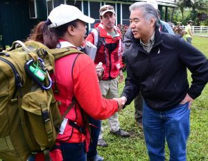 Gov. Ige thanks Renise Bayne and Pedraic Gallagher from the Red Cross for their help on Kaua'i.
