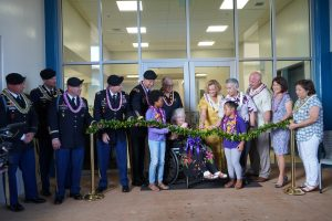 Governor and Mrs. Ige, family members, DOE officials, military personnel and students at the dedication of new facilities at Solomon Elementary.